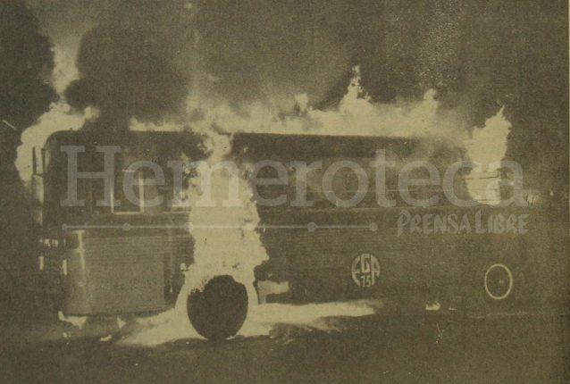 Detalle de la portada de Prensa Libre del 8 de mayo de 1982 informando sobre la quema de buses del transporte urbano en protesta por el aumento al pasaje de Q0.05 a Q0.10. (Foto: Hemeroteca PL)