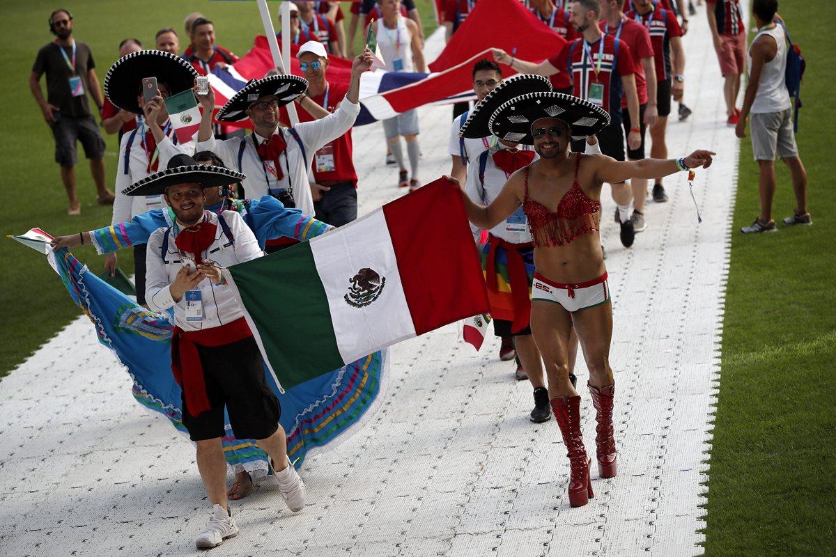 La delegación centroamericana LGBTI hace su ingreso durante el acto de ceremonia en Francia. (Foto Prensa Libre: EFE)