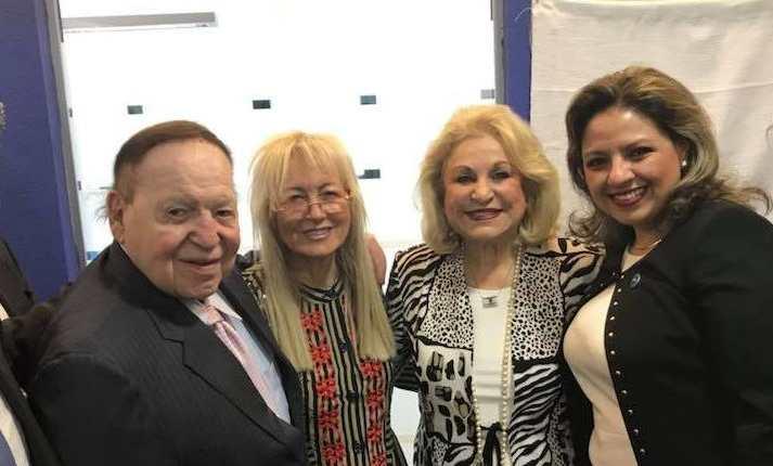 El magnate Sheldon Adelson, su esposa Miriam, la empresaria Nily Falic y la canciller Sandra Jovel, en Israel. (Foto: Prensa Libre).