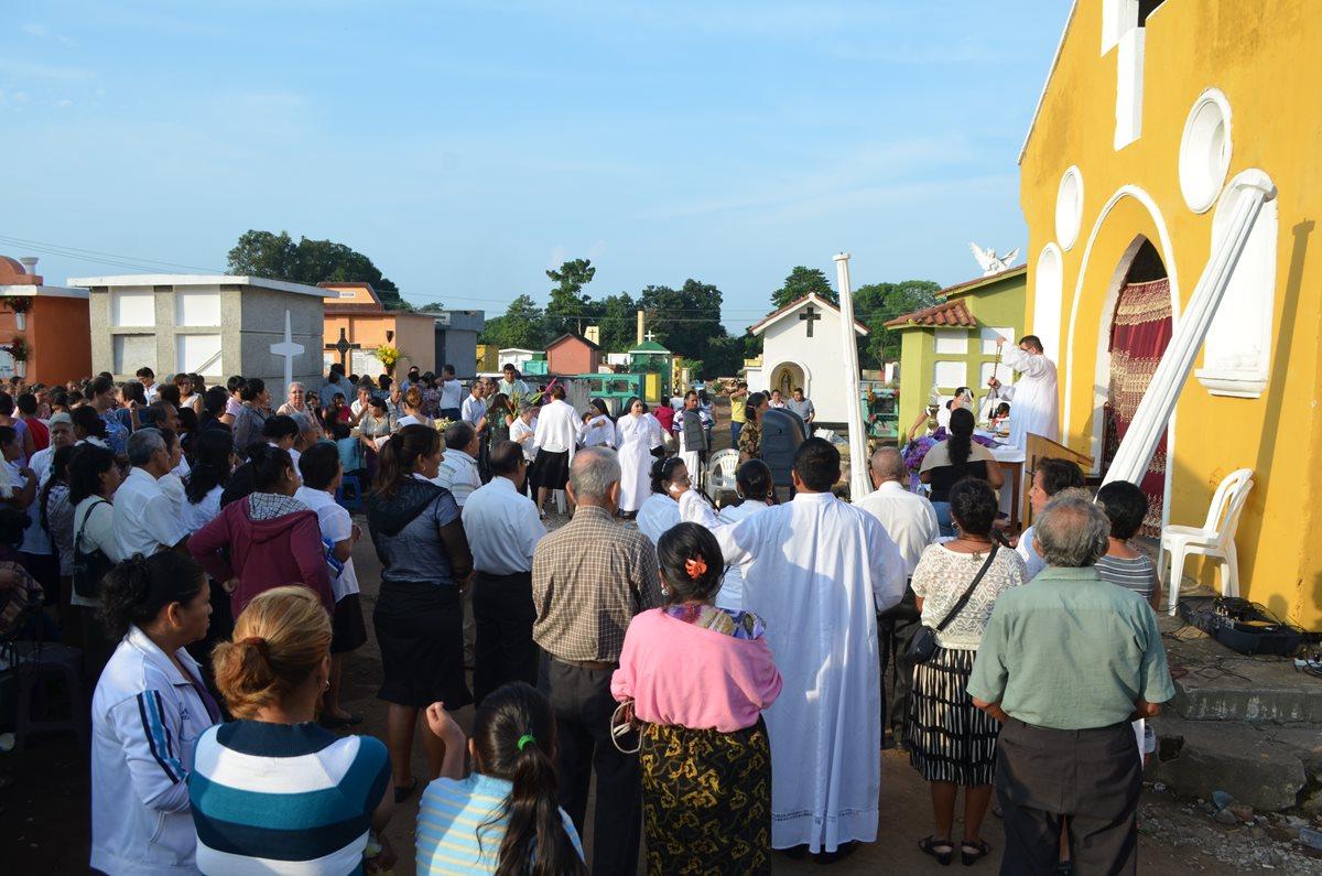 Pobladores recuerdan con misa a familiares fallecidos