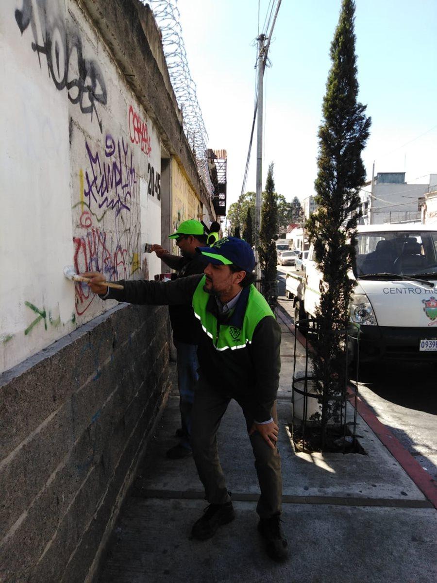 Los trabajos de limpieza visual en el Centro Histórico comenzaron la semana pasada.(Prensa Libre: Cortesía Municipalidad de Guatemala)