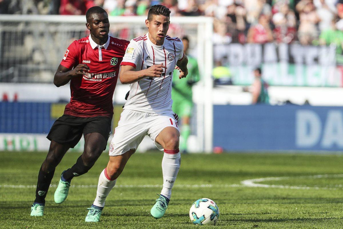 Ihlas Bebou trata de detener a James Rodriguez durante el partido de este sábado. (Foto Prensa Libre: EFE)