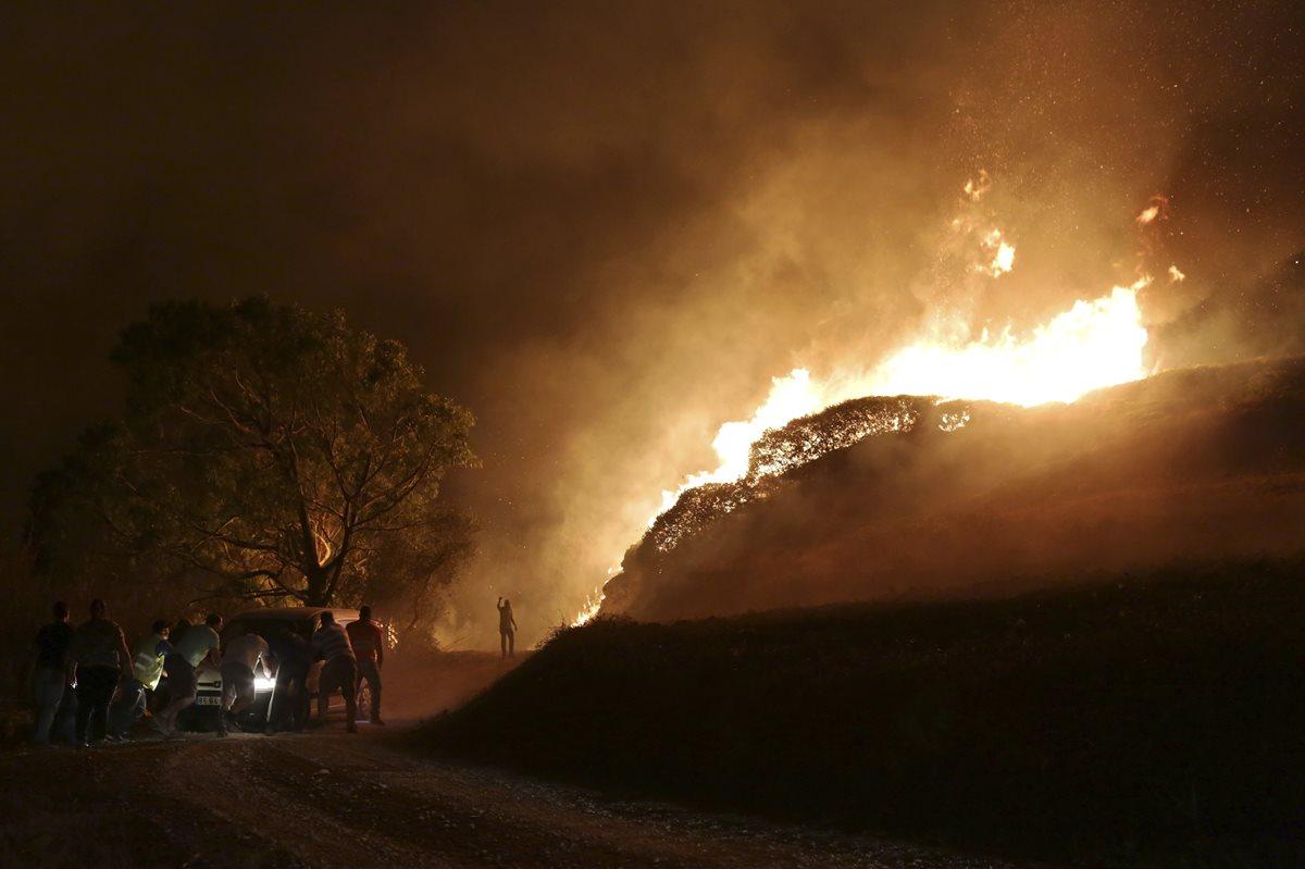 Pobladores observan impotentes el avance de las llamas mortales en Portugal. (Foto Prensa Libre: AP)