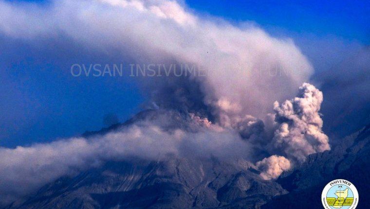 El insivumeh captó una avalancha provocada por el colapso de material volcánico en el cráter del Santiaguito. (Foto Prensa Libre: Insivumeh)
