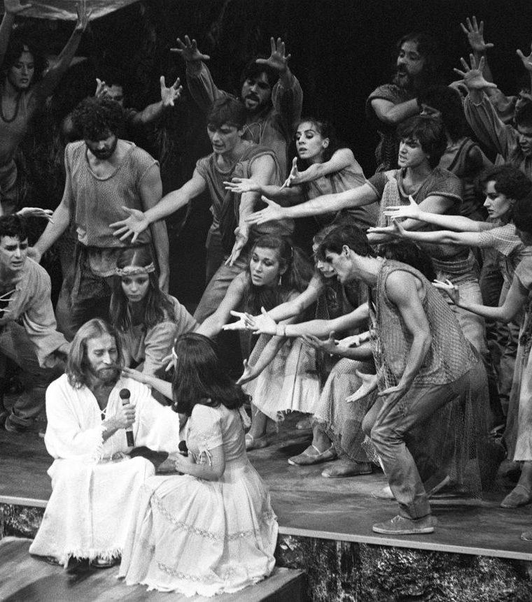 """El musical """"Jesucristo Superstar"""" en escena los cantantes Pablo Abraira, en el papel de Jesús, y Estíbaliz, en el papel de María Magdalena. (EFE)."""