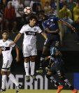 La Fifa insistió este jueves en que no existe ningún prueba que demuestre que golpear el balón con la cabeza aumente el riesgo de sufrir lesiones cerebrales.(Foto Prensa Libre: AFP)
