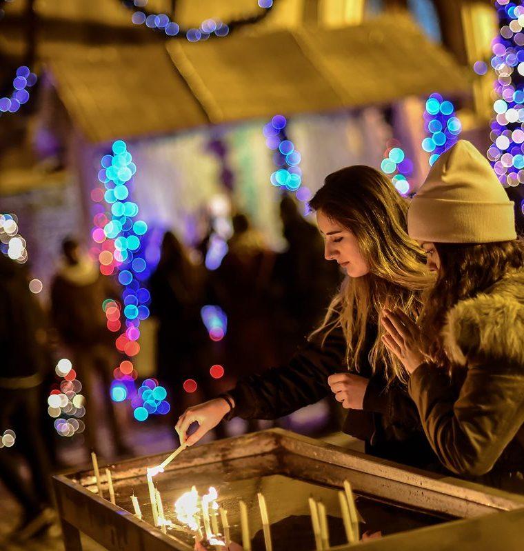 Fieles católicos encienden velas mientras asisten a la Misa de Gallo en Beyoglu de Estambul.(AFP).