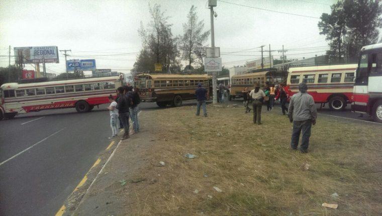 Autobuses que bloquean el paso en la ruta al Pacífico, en Amatitlán. Foto Prensa Libre: Provial.