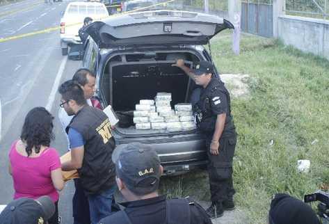 Los dólares fueron localizados en el doble fondo de una camioneta agrícola.