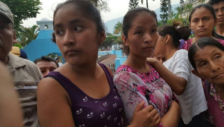 María Teresa Leocadia e Hilda Amarilis cursan el nivel básico, son hijas de la Pop Ixim, que falleció en el percance en Santa María Cahabón. (Foto Prensa Libre: Eduardo Sam)