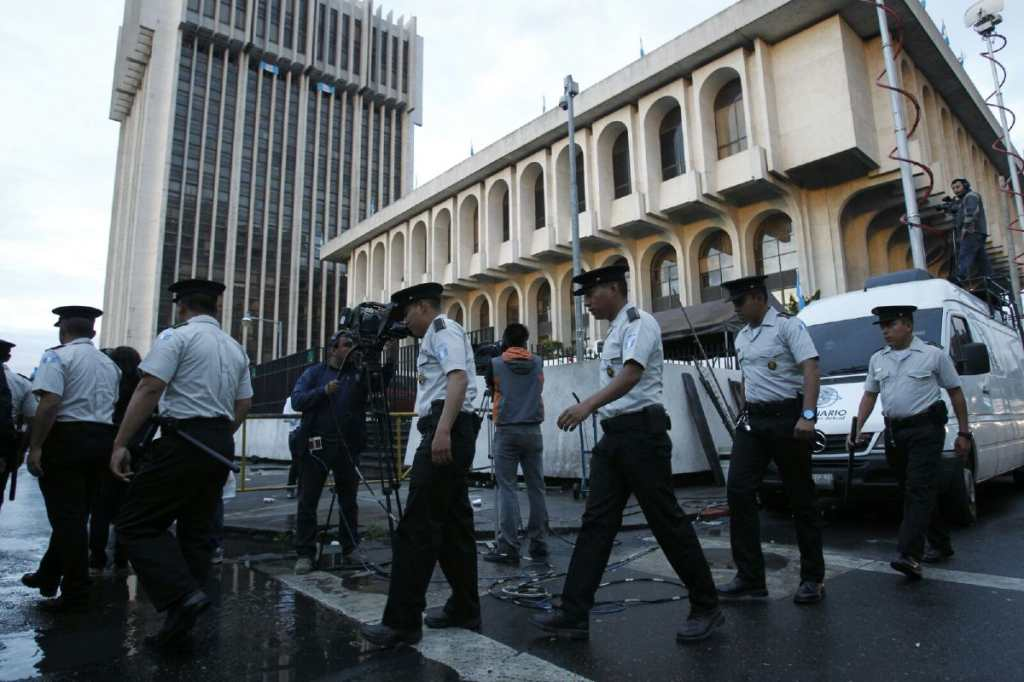 Fuerzas de seguridad llegan a la Torre de Tribunales.