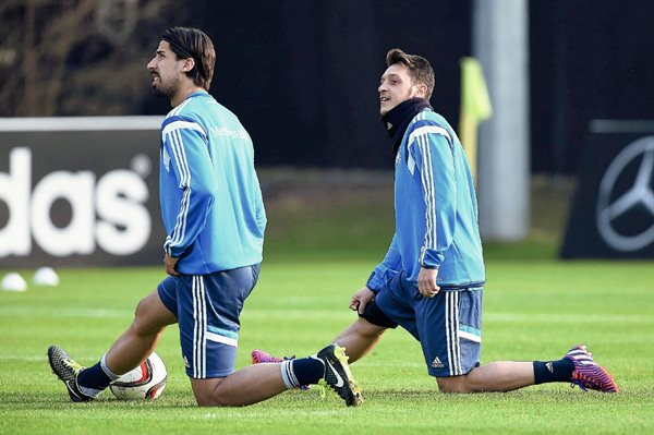 Los centrocampistas de la selección alemana Mesut Özil (d) y Sami Khedira (i) calientan durante un entrenamiento de su equipo en Fráncfort, Alemania, el pasado lunes. (Foto Prensa Libre: EFE).