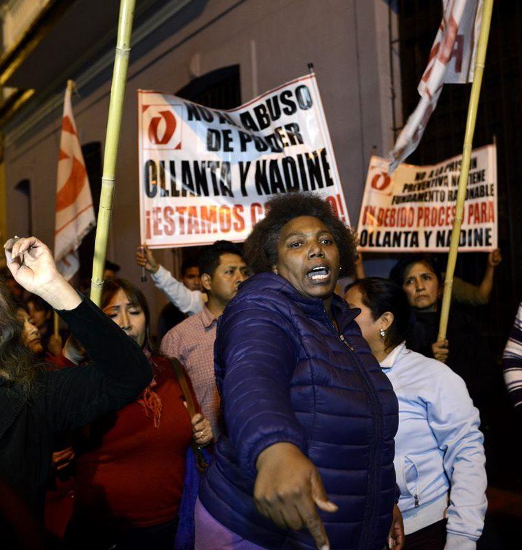 Simpatizantes del expresidente de Perú Ollanta Humala protestan luego de escuchar la orden de detención. (Foto Prensa Libre: EFE)