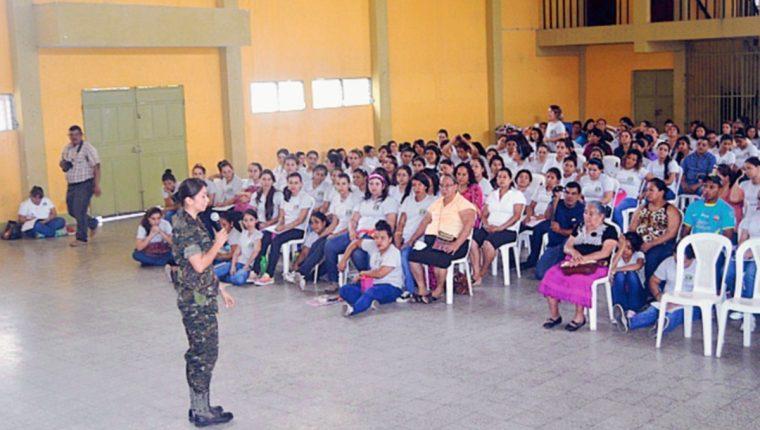 Expertos de  la PGN y PNC imparten charla sobre bullying a estudiantes de la Escuela Normal Intercultural, en Zacapa.  (Foto Prensa Libre: Víctor Gómez)
