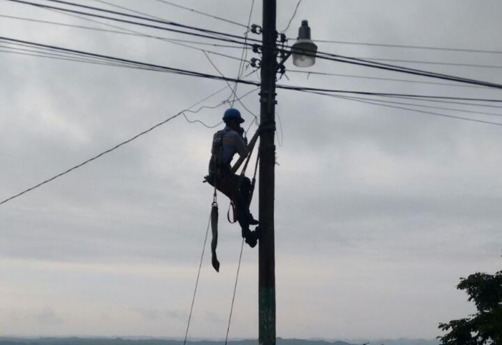 Una de las lámparas que se quedó sin suministro de energía en San José, Petén. (Foto Prensa Libre: Rigoberto Escobar).