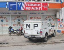 Peritos del Ministerio Público recaban evidencias en inmueble saqueado en Poptún, Petén. (Foto Prensa Libre: Walfredo Obando)
