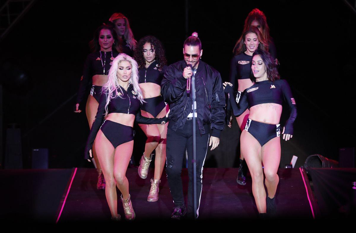 El colombiano se hizo acompañar en el escenario por un grupo de bailarinas. (Foto Prensa Libre: Pablo Juárez Andrino)