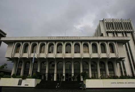 Autoridades del Organismo Judicial trasladan juzgados civiles a otro inmueble para descongestionar la Torre de Tribunales. (Foto Prensa Libre: Archivo)