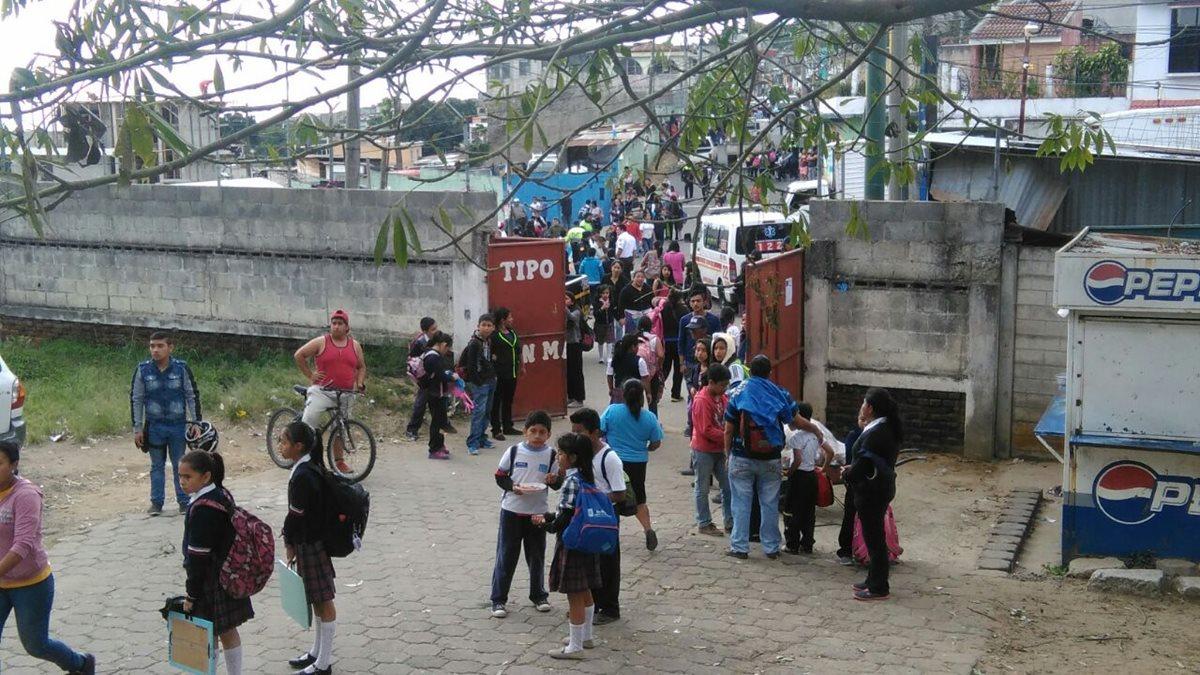 Evacúan escuela por amenaza de bomba
