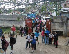 Unos 900 estudiantes son evacuados por prevención, luego que se encontrara una nota advirtiendo de una bomba en la escuela. (Foto Prensa Libre: Estuardo Paredes)