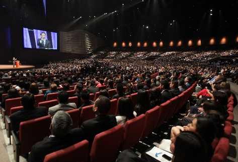 Miles de personas asisten al magno evento con el que la nueva sede de la iglesia evangélica Casa de Dios abre sus puertas.