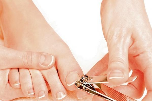 como ablandar las uñas duras de los pies para cortarlas