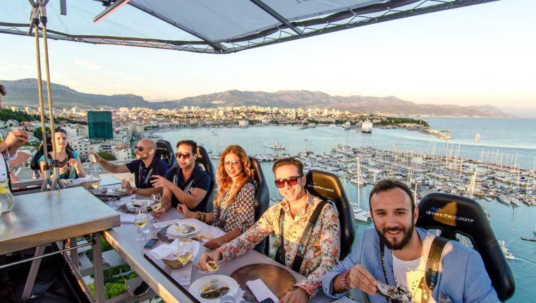 Disfrutar de una cena o almuerzo a 45 o más metros de la tierra tiene como primer requisito no tener miedo a las alturas. (Foto Prensa Libre: invitacionweb.com)