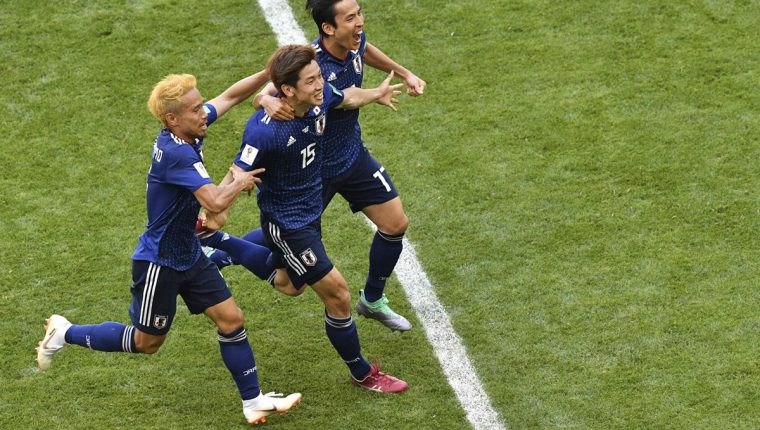 Los jugadores de la Selección de Japón festejan en el partido contra Colombia. (Foto Prensa Libre: AFP)