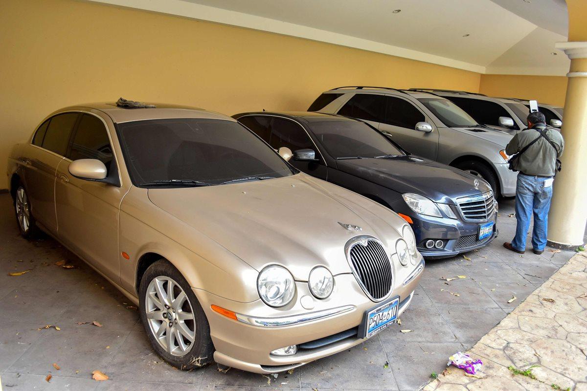 Varios vehículos fueron confiscados al expresidente salvadoreño Elías Antonio Saca, en San Salvador. (AFP)