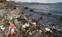 La contaminación por basura afecta el Lago de Amatitlán. (Foto Prensa Libre: Hemeroteca PL)