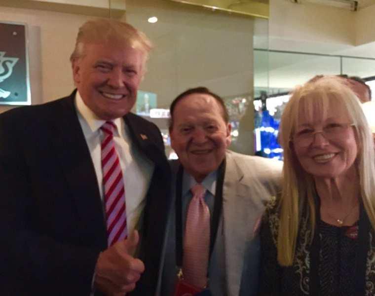 El presidente Donald Trump junto al empresario Sheldon Adelson y su esposa Miriam, en Las Vegas. (Foto Prensa Libre: Mondoweiss/Andy Aboud).