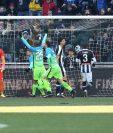 Ivan Perisic, a la izquierda, anota el gol del triunfo para el Inter. (Foto Prensa Libre: AP)