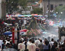 Miles de personas participaron en la procesión del traslado de la Virgen del Rosario. (Foto Prensa Libre: Fred Rivera)