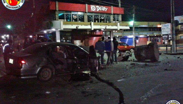 Fue identificado uno de los automovilistas que empotró su vehículo contra el monumento al Bombero Voluntario; víctima permanece en el Hospital Regional de Occidente.(Foto Prensa Libre: @CVBxela)
