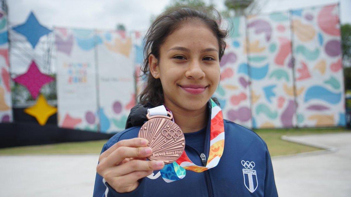 La gimnasta guatemalteca Karla Pérez luce la medalla de bronce, que ganó por equipos en Buenos Aires 2018. (Foto Prensa Libre: Cortesía COG).