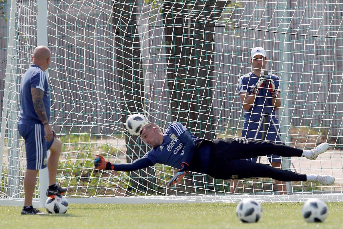 El guardameta Franco Armani, durante la práctica de penaltis. (Foto Prensa Libre: EFE)