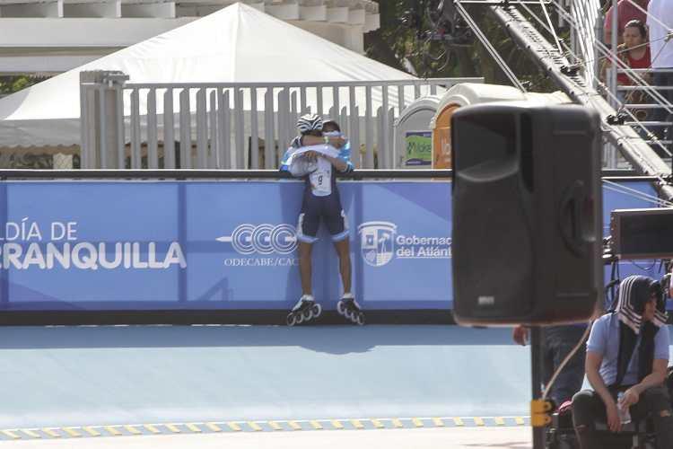 Dalia Soberanis celebró así al finalizar la prueba de patinaje femenino de 300 metros contrarreloj. (Foto Prensa Libre: Cortesía ACD)