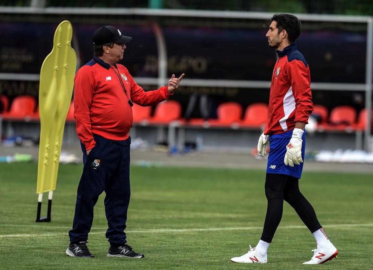 El técnico Hernán Gómez conversa con el guardameta Jaime Penedo durante uno de los entrenamientos en Rusia. (Foto Prensa Libre: AFP)