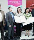 Directivos de la Sociedad Bíblica de Guatemala entregan los 40 tomos de la Biblia en Braille a representantes del Comité Prociegos de Guatemala, en la Biblioteca Nacional de Guatemala. (Foto Prensa Libre: Brenda Martínez)