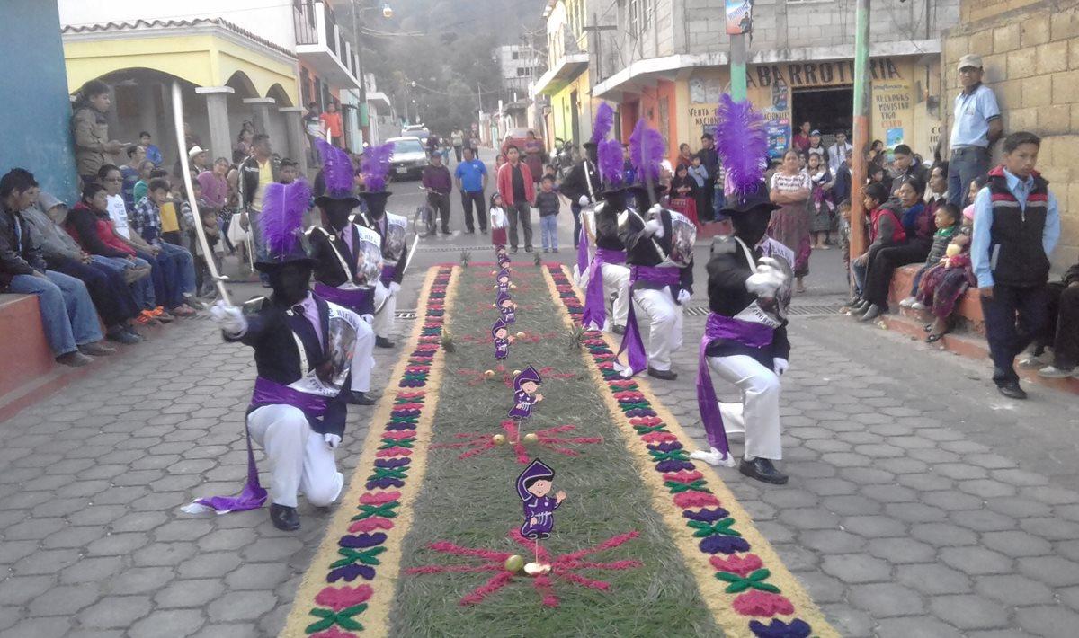 Los centuriones de Tecpán, Chimaltenango, escenifican a soldados romanos que acompañan las procesiones del Domingo de Ramos y Viernes de Santo. (Foto Prensa Libre: Víctor Chamalé)