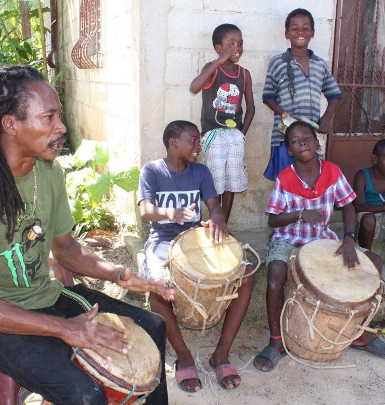 Eduardo Estero junto a un grupo de niños efectúan presentaciones culturales con su orquesta de música garífuna para los turistas. (Foto Prensa Libre: Dony Stewart)