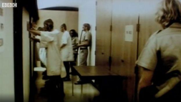 Imagen extraída de las grabaciones del experimento de Stanford de 1971, emitidas en un reportaje de 2011 de la BBC.