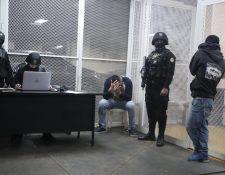 Los dos detenidos fueron conducidos al Juzgado Penal de Turno. (Foto Prensa Libre: Óscar Rivas)