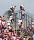 Es común que los aficionados se salten los muros en los estadios brasileños. (Foto Prensa Libre: Twitter)