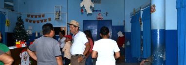 Familiares de Joaquín Ponce Juárez esperan en la morgue del Hospital Regional de Zacapa que les entreguen el cuerpo. (Foto Prensa Libre: Mario Morales)