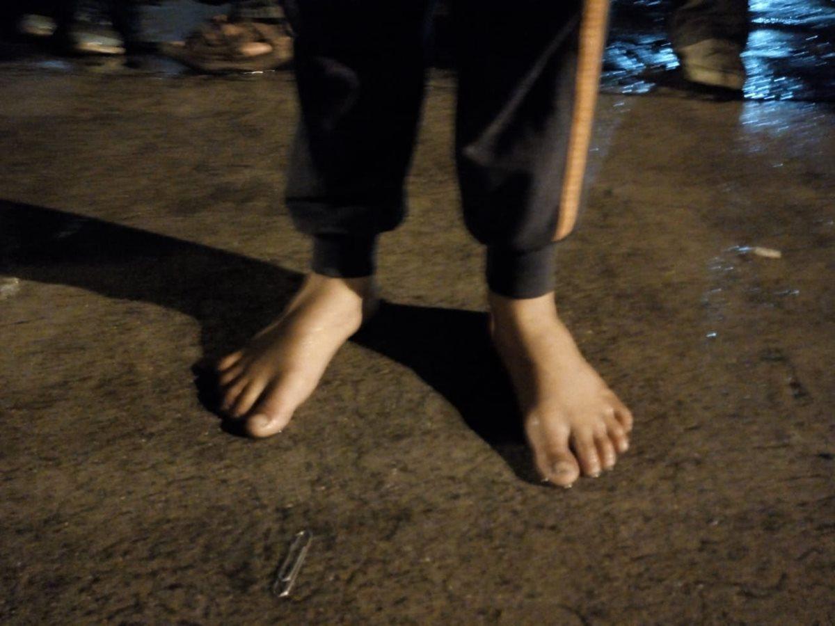 Este niño pernocta descalzo en las afueras de la Casa del Migrante. (Foto: Óscar Rivas)