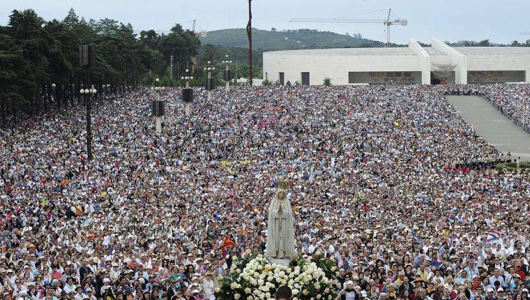 Desde el año 1917 millones de personas se congregan en la Basílica de Fátima, Portugal para celebrar las apariciones de la Virgen. (Foto: AFP)