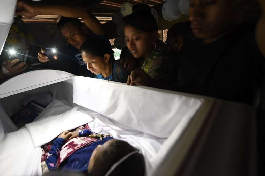 En un ataúd blanco fue repatriado el cuerpo de la niña Jakelin Caal, muerta hace dos semanas en un hospital de Estados Unidos bajo custodia después de cruzar la frontera con su padre.
