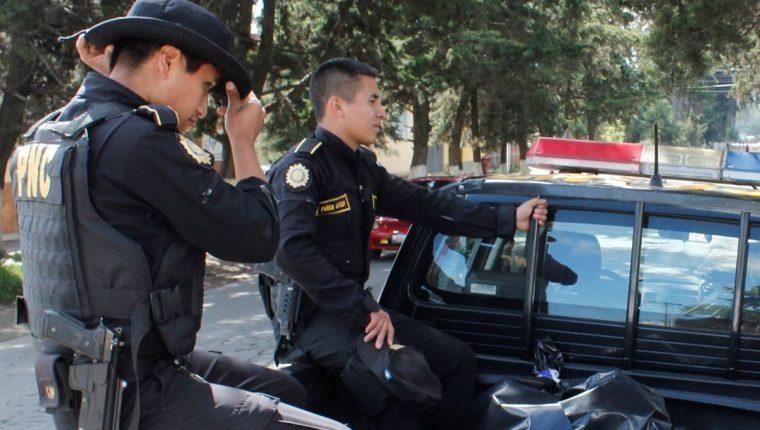 Agentes de la PNC trasladan cadáver de hombre linchado en Tecpán Guatemala, Chimaltenango. (Foto Prensa Libre: Víctor Chamalé)