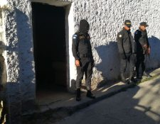 Agentes de la PNC resguardan viviendas allanadas durante operativos en varios puntos de la capital. (Foto Prensa Libre: Érick Ávila)